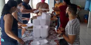 Em meio à pandemia do Covid-19, professores distribuem almoço na rua