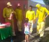 Trabalhadores da limpeza pública recebem aplausos e café da manhã