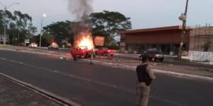VÍDEO: carro pega fogo após colidir em poste na Zona Leste de Teresina