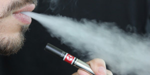 """Uso de cigarros eletrônicos cresce em Teresina: """"utilizo por modinha"""""""