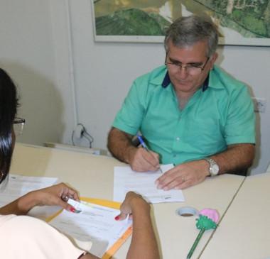 Prefeito assina mudança de nível de servidores da Educação