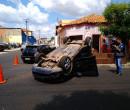 THE: Carro capota após colisão em cruzamento de avenidas