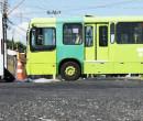 Carro tomba em colisão com ônibus na zona Norte de Teresina