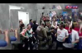 ROTA DO DIA 12 03 20  Professores municipais jogam frutas em vereadores durante protesto